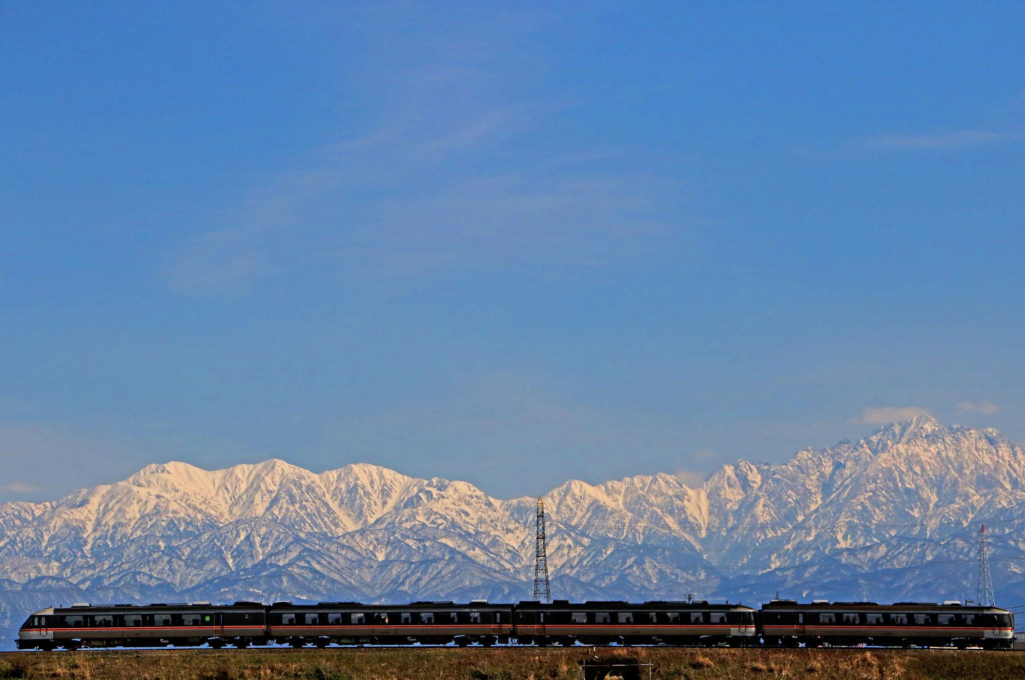 立山連峰のふもと、富山を走るワイドビューひだ