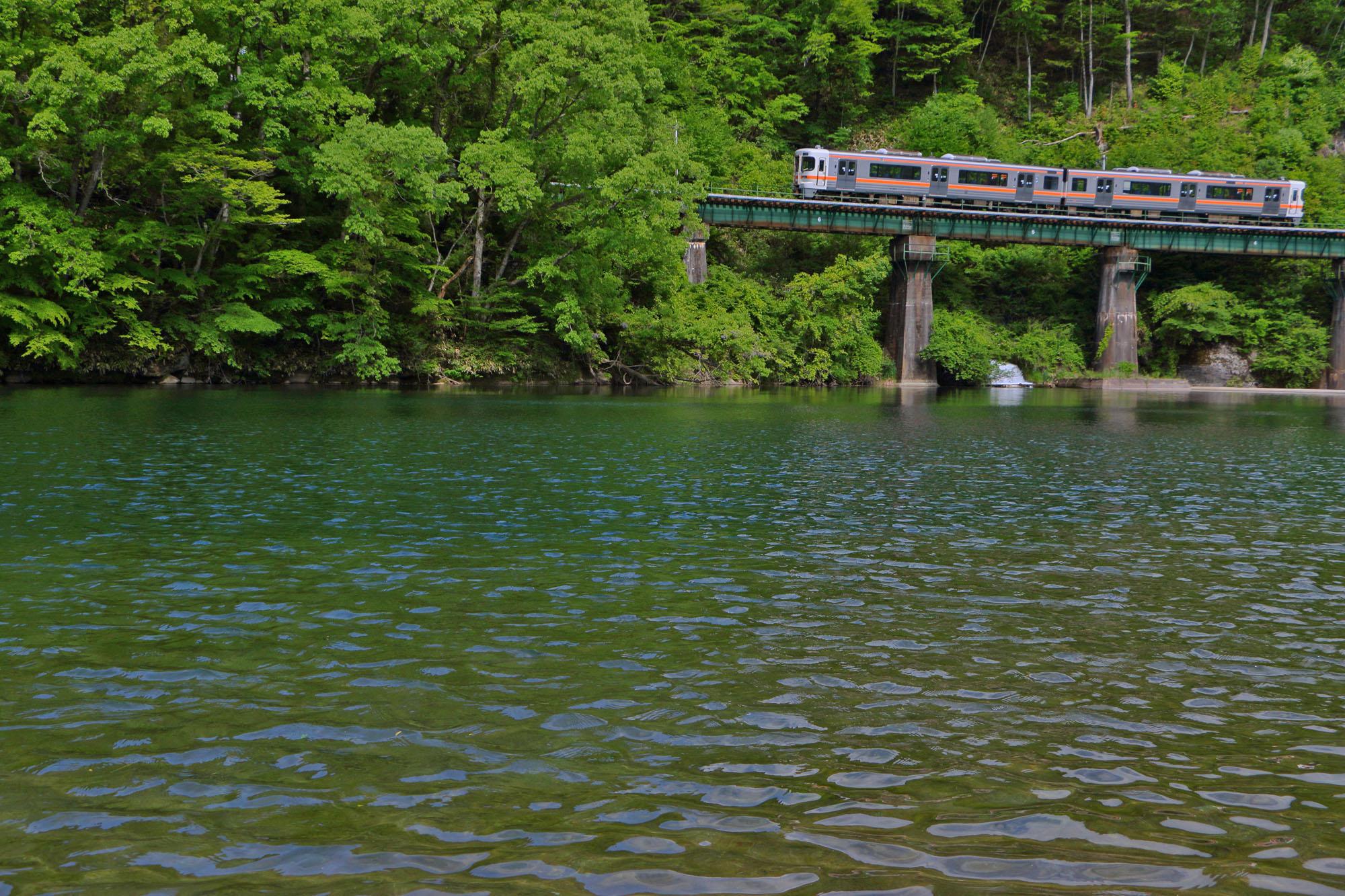 湖面の上を走る普通列車