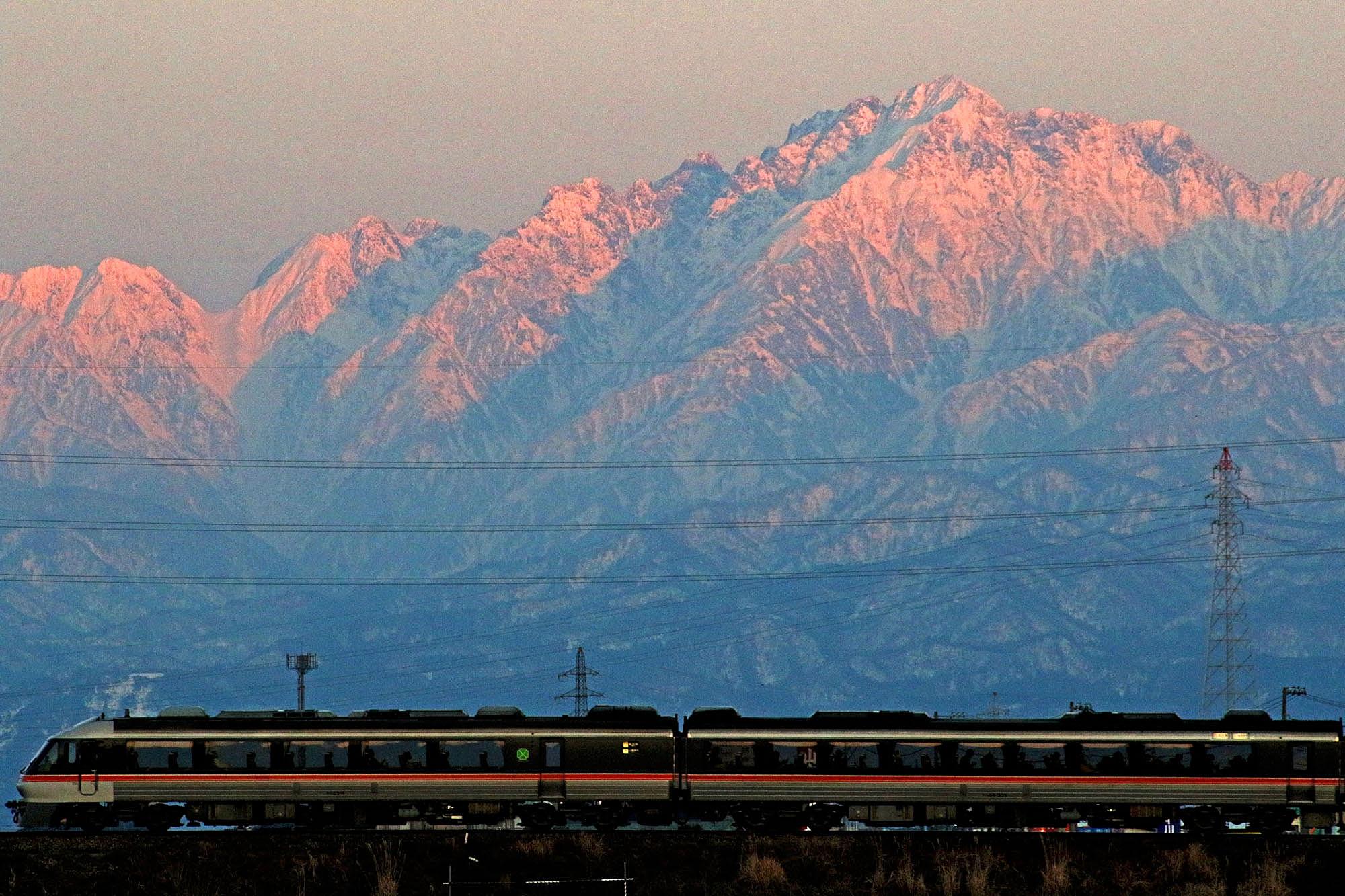 夕日に染まる立山連峰