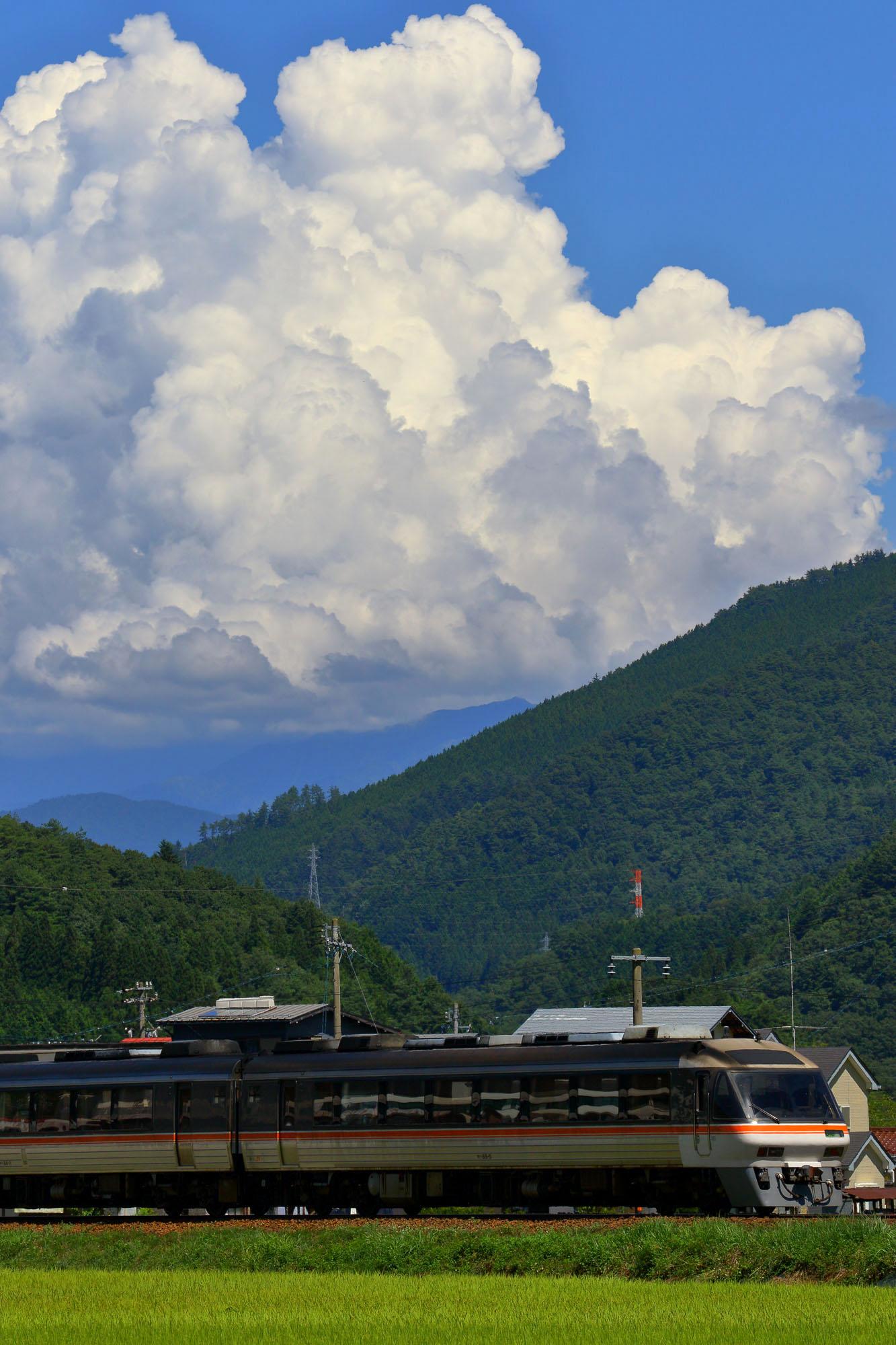 入道雲と特急ひだ
