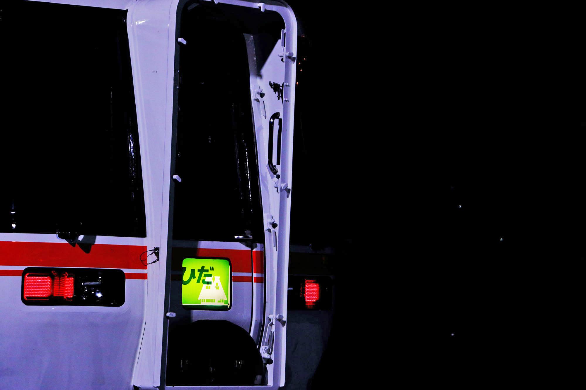 夜の高山駅に停車している特急ひだ号