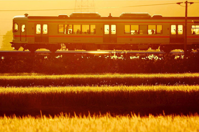 夕日に染まる普通列車