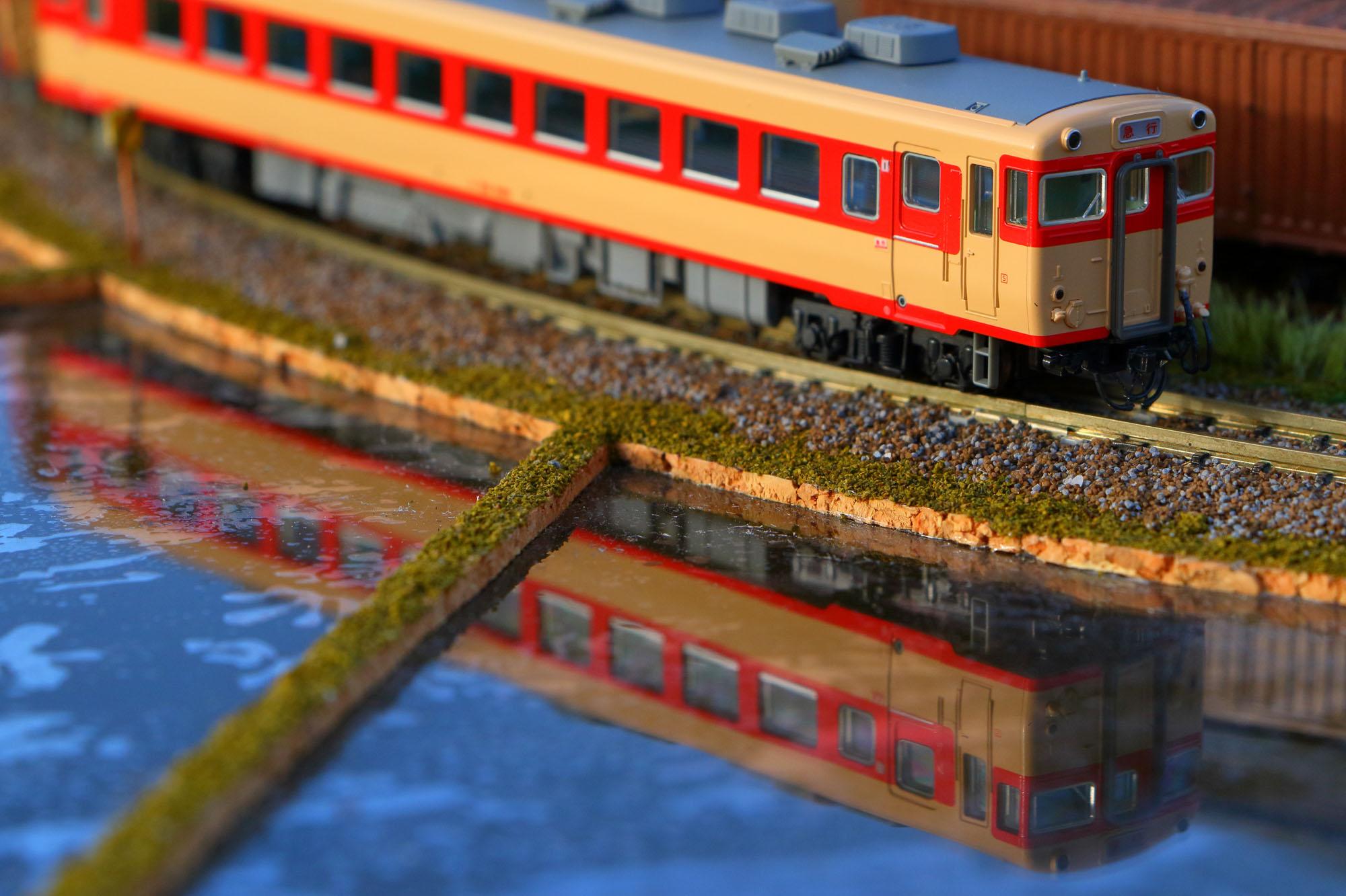ジオラマの中を走る鉄道模型